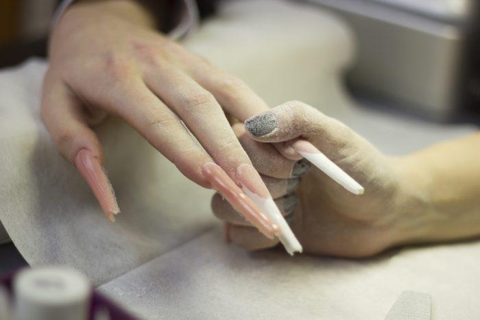 Отросший гель-лак на ногтях