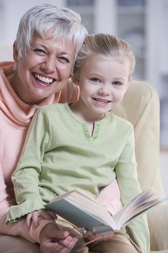 Бабушка читает с внучкой