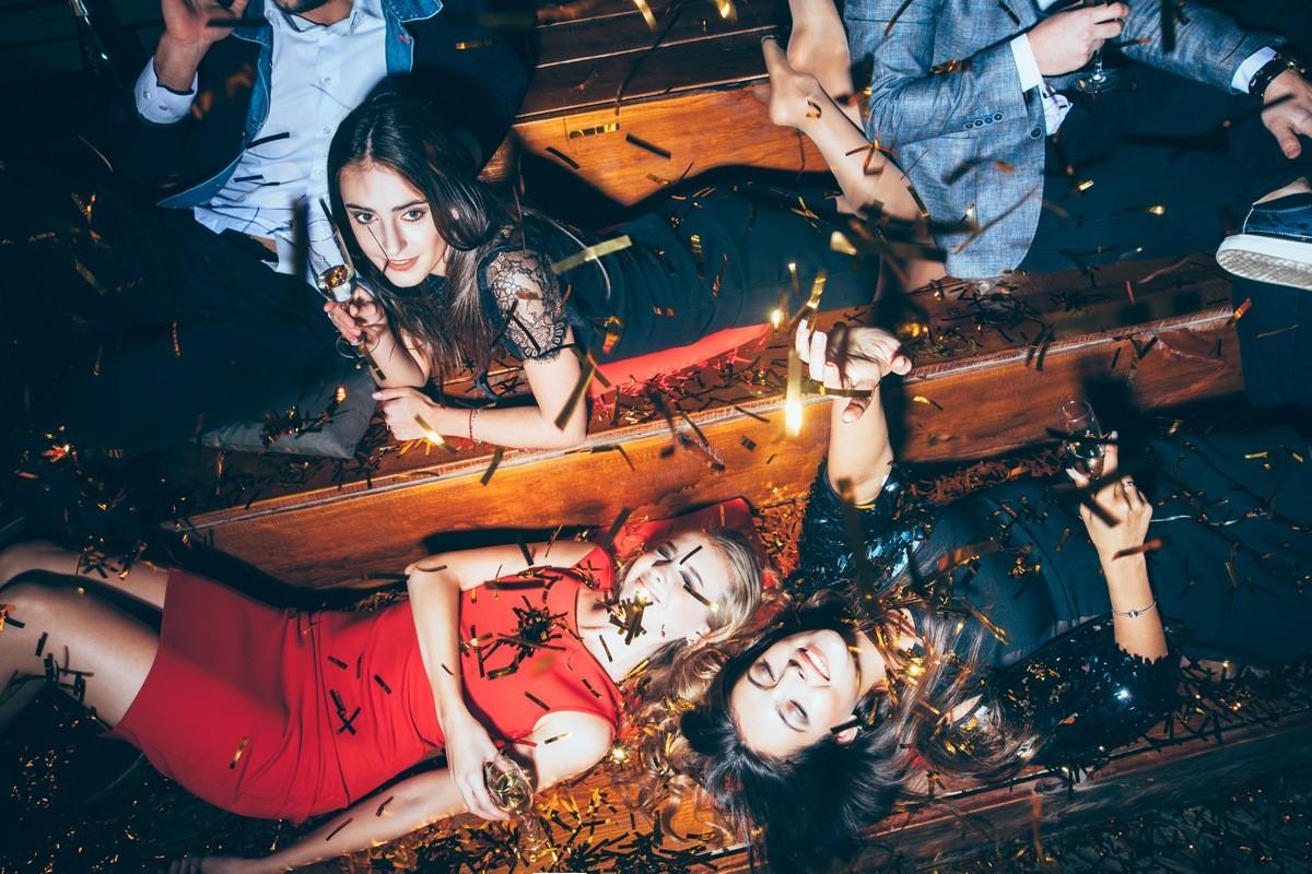 Фотографии с пьяных вечеринок вещей, которые нельзя показывать в социальных сетях