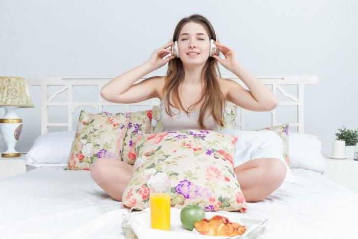 Девушка завтракает под музыку