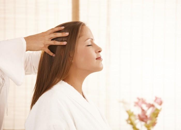 Девушка на массаже головы
