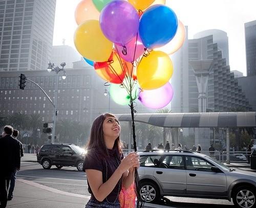 Девушка держит букет шаров