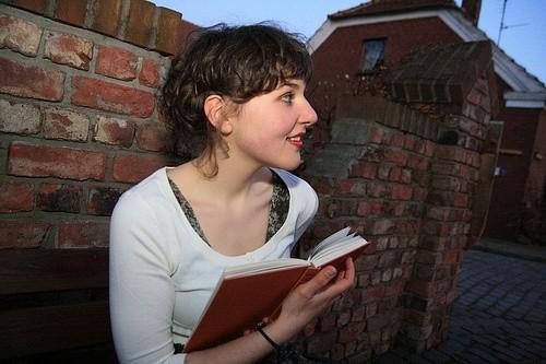Женщина держит в руках книгу