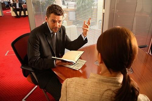 Мужчина говорит с женщиной