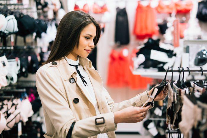 Девушка в магазине женского белья