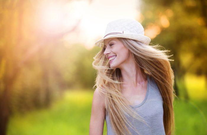 Счастливая девушка в шляпе