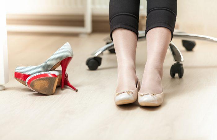 Девушка сняла туфли и одела балетки