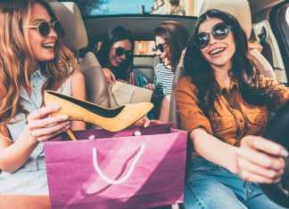 Девушки в машине рассматривают покупки