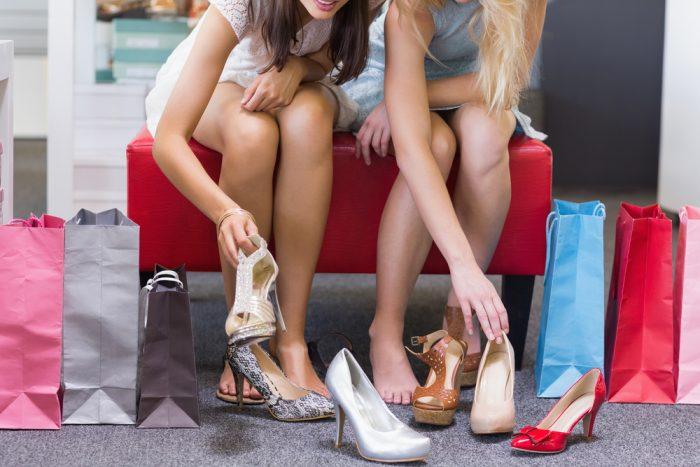 Две дувушки меряют туфли