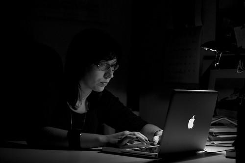 Женщина работает ночью