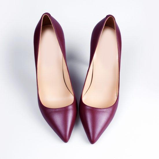 Красные женские туфли на белом фоне