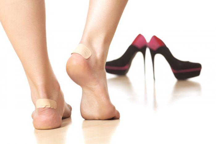 Ноги в пластыре от туфлей