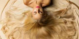 блондинка с розовой помадой лежит выложив волосы веером