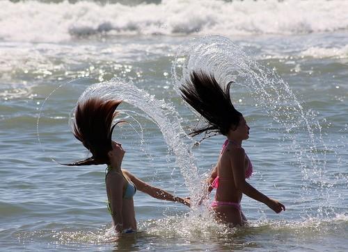 Девушки купаются в воде