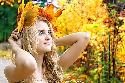 Женщина в лесу осенью