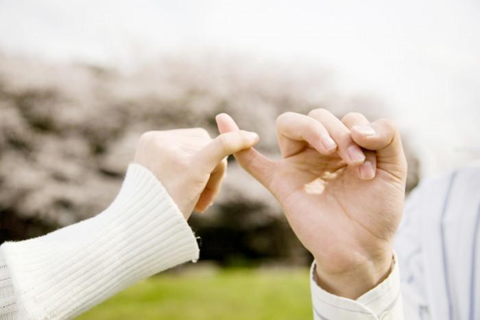 Мирятся руками (мизинцами) - Не вини во всем его