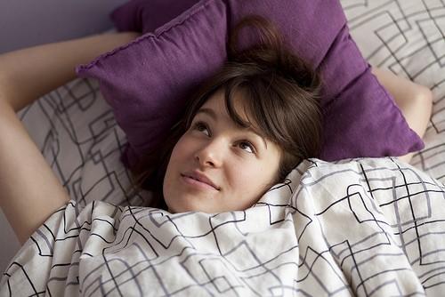 молодая женщина проснулась
