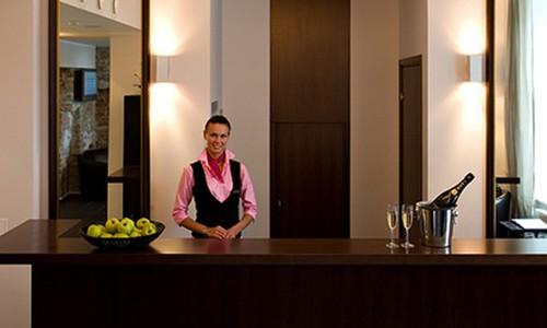 Работница отеля