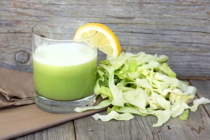 Стакан капусного сока с долькой лимона