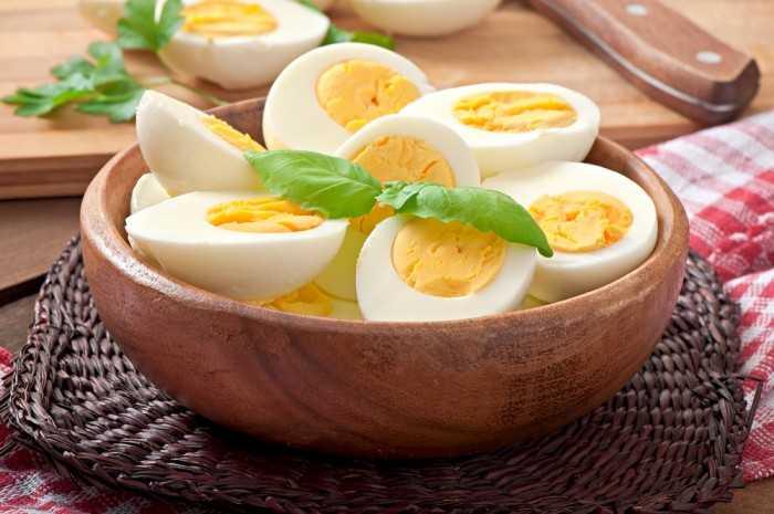 Яйца, нарезанные половинками, на тарелке
