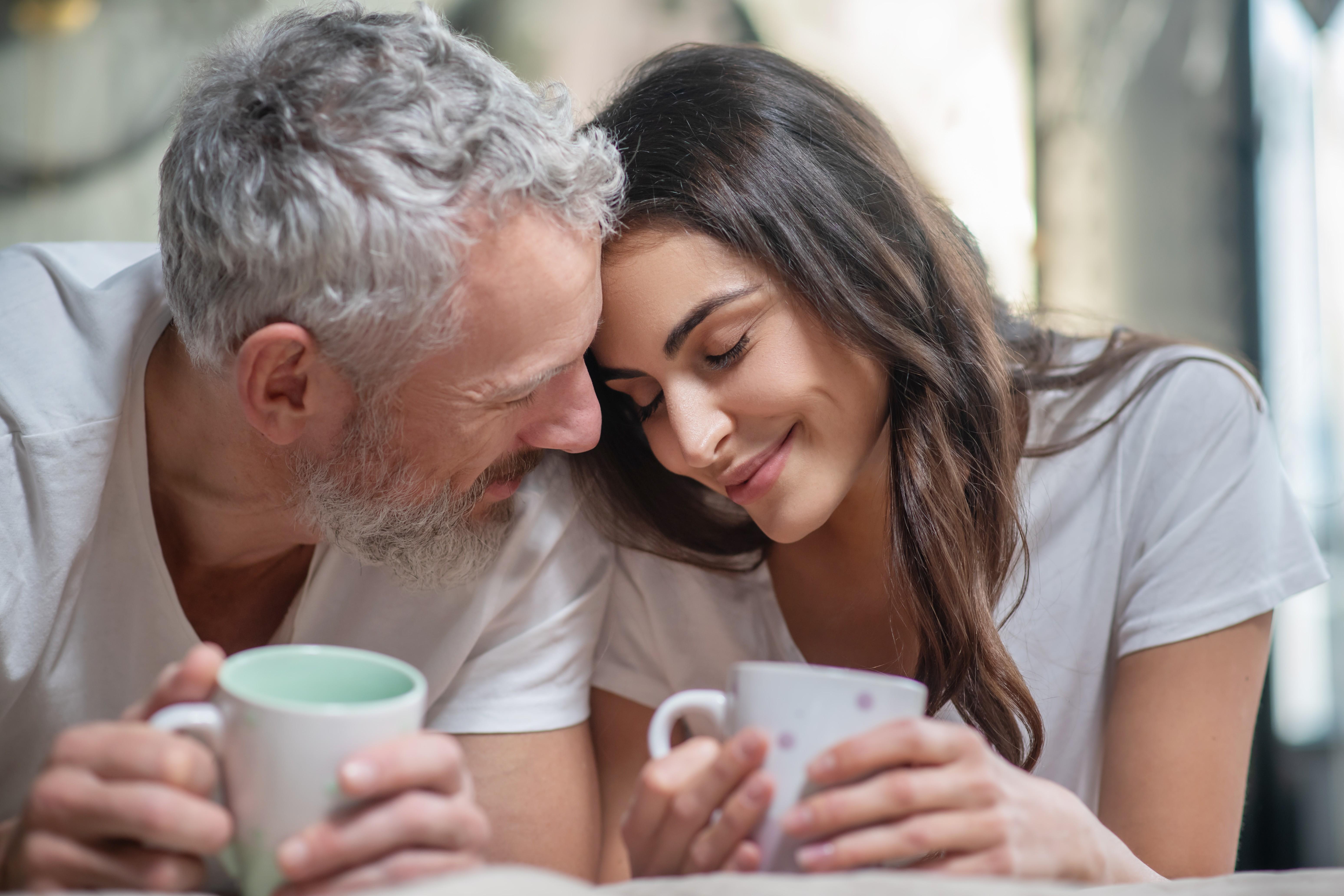 5 преимуществ отношений с человеком, который значительно старше вас