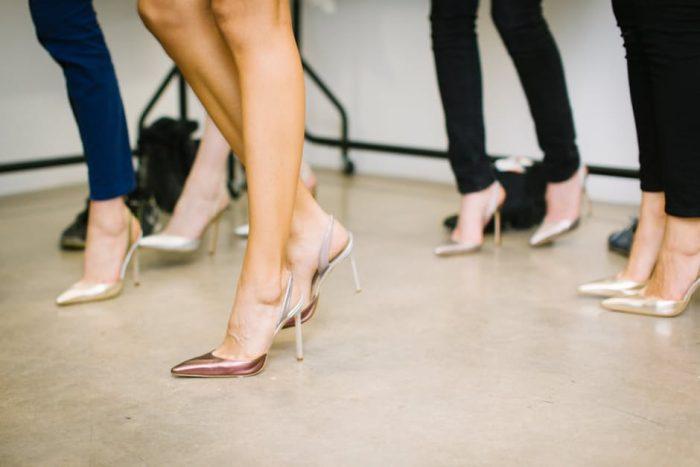 женские ноги в туфлях