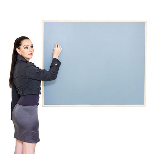 Женщина пишет на доске