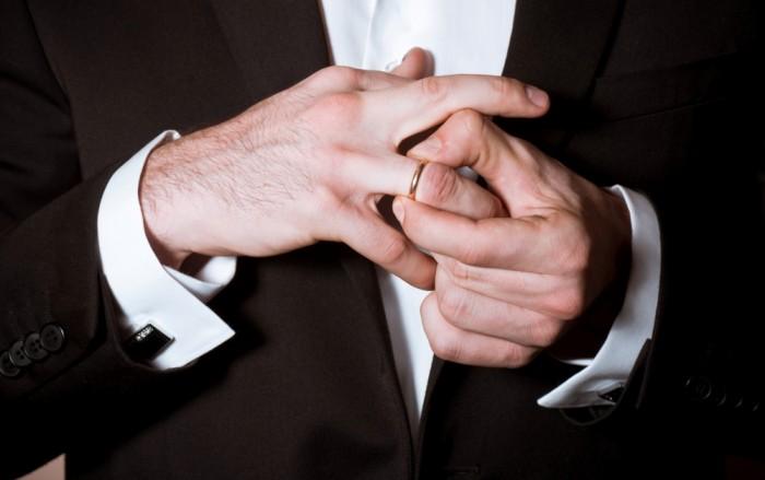 Мужчина с кольцом