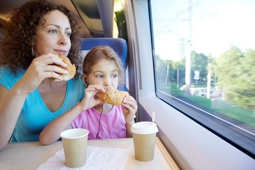 мама с дочкой кушают в поезде