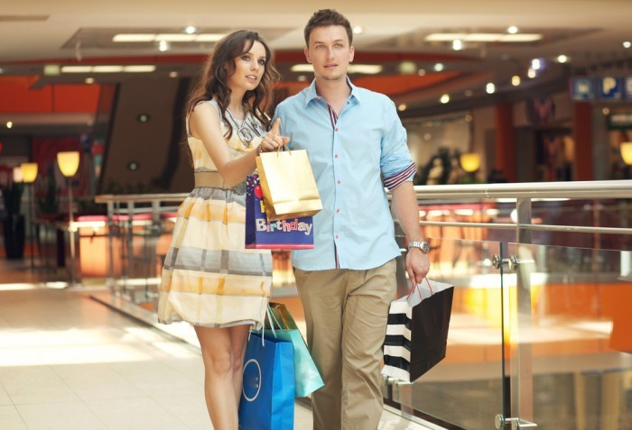 Парень и девушка с подарками