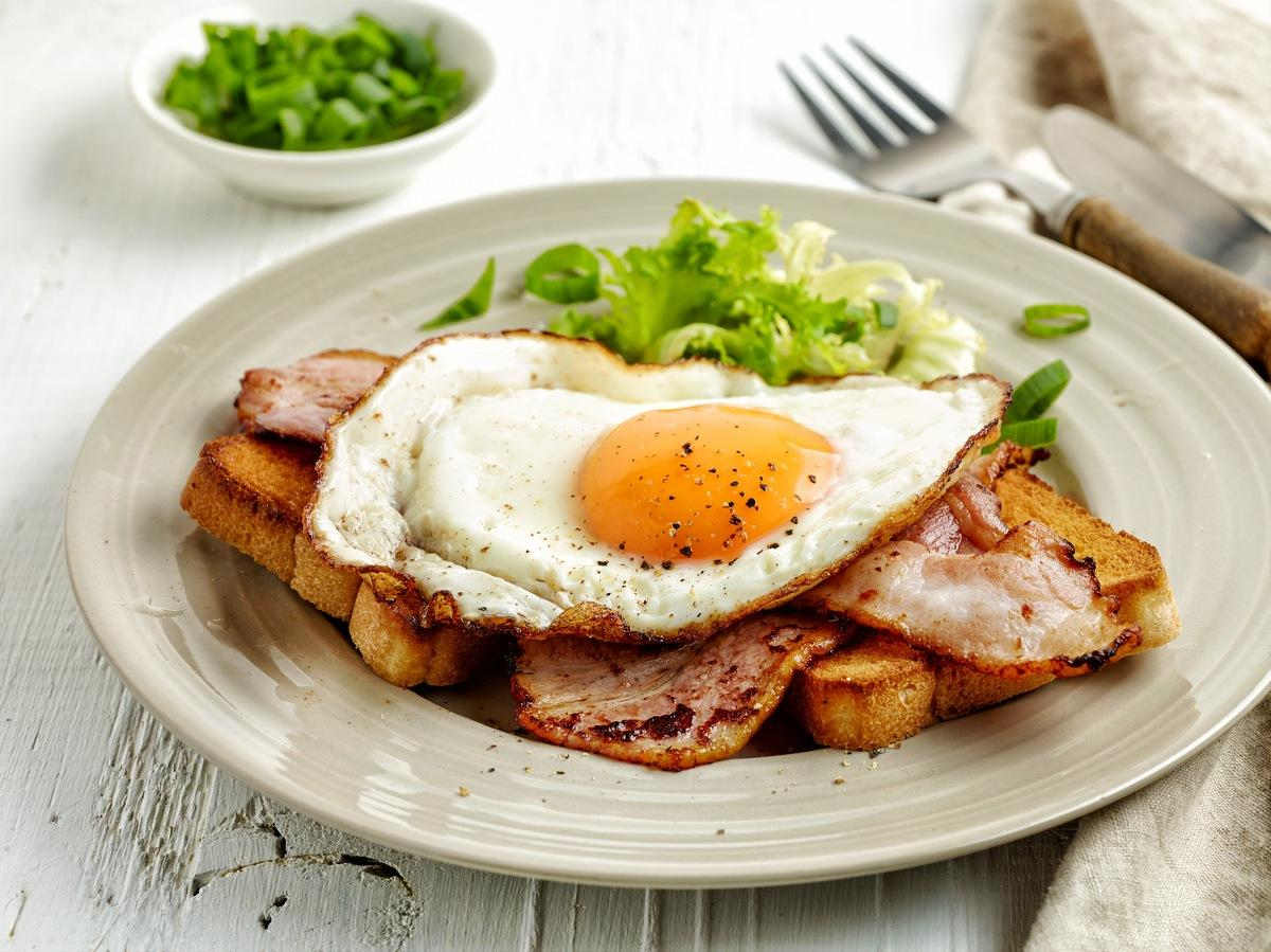 Вкусная яичница по-французски