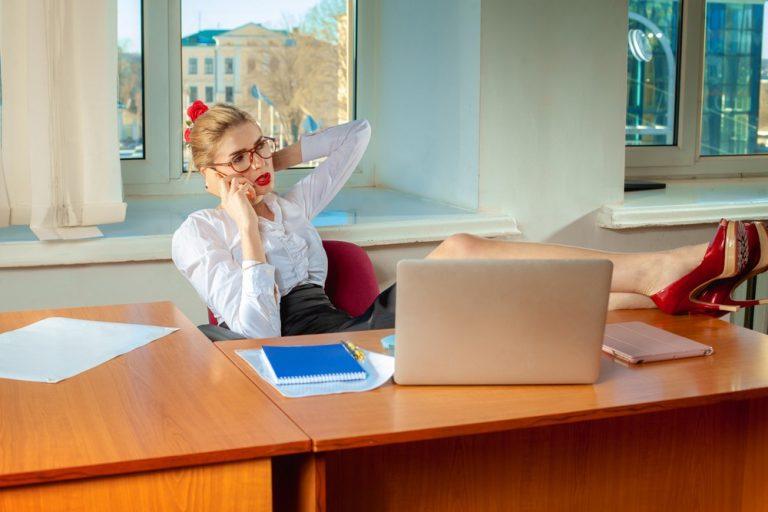 Откровенные наряды на работе: чем грозит нарушение дресс-кода