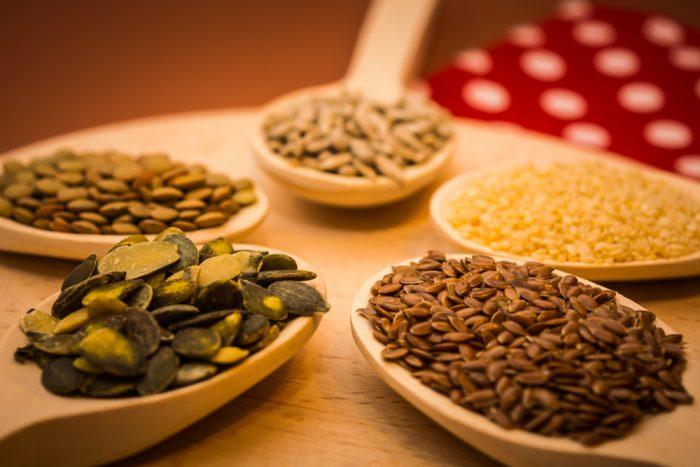 Семена на деревянных ложках