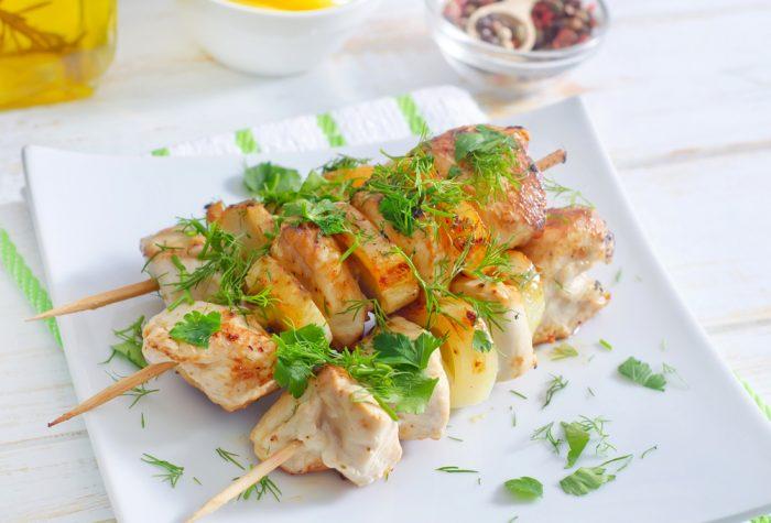 Шашлык из курицы на белой тарелке