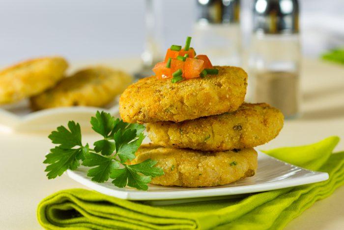 Картофельные котлеты на тарелке с веточкой петрушки