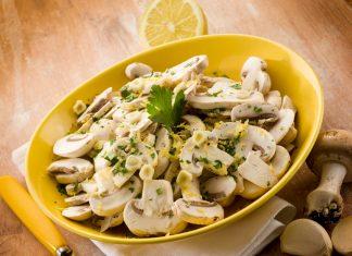 Салат с грибами в желтой тарелке