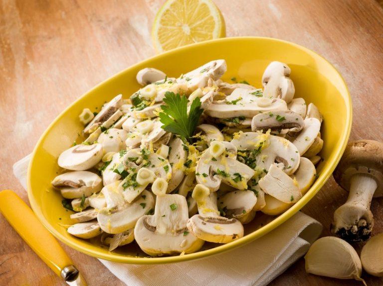 Приготовление несложного салата с грибами