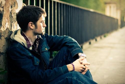 12 Признаков того, что Он Не Забыл Бывшую