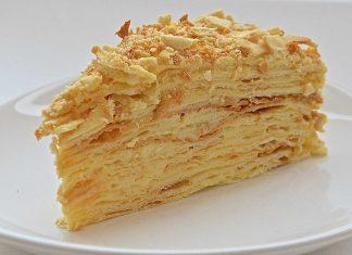 Кусок торта наполеон набело таоелке
