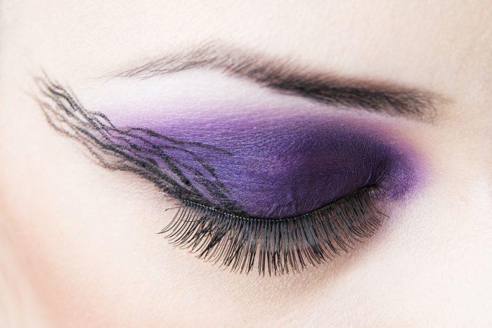Женский глаз с фиолетовыми тенями