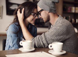 парень и девушка в очках наклонились друг к другу