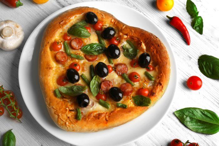 Пицца с помидорами чери и черными оливками в виде сердца