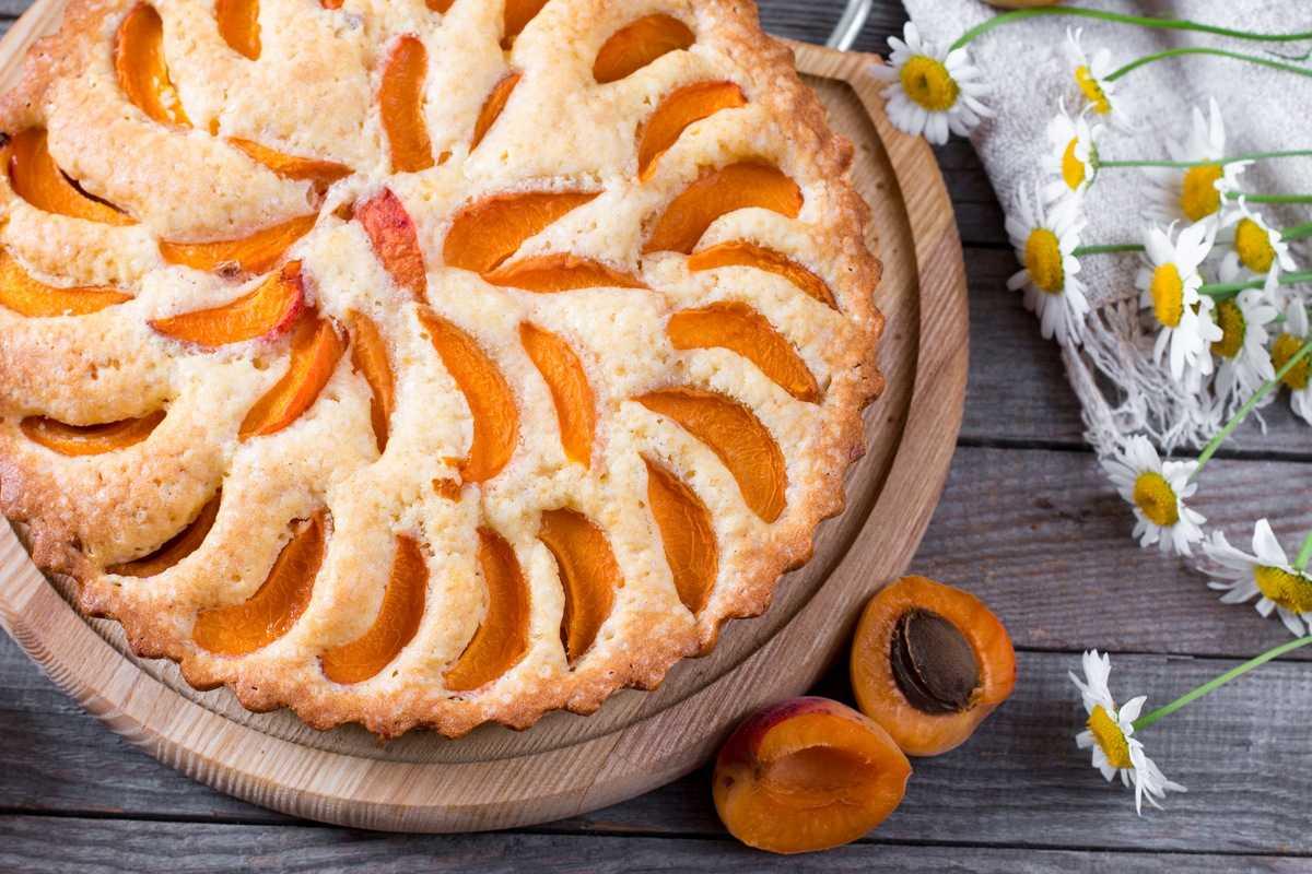 Kochen eines Kuchens mit Abrisomi oder Pfirsichen