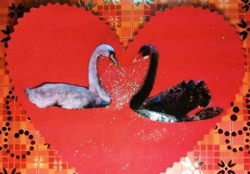 Открытка сердце с лебедями ко Дню Святого Валентина