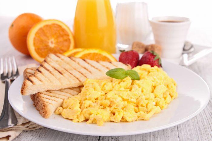 Омлет и тосты с апельсиновым соком