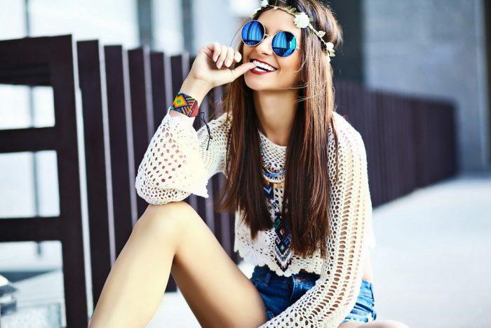Девушка в белой кофте, очках и в венке из цветов на голове