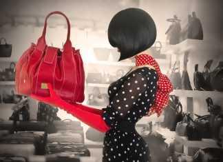 Девушка в платье в горошек и с красной сумкой