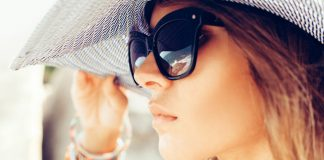 Девушка в черных очках и в шляпе