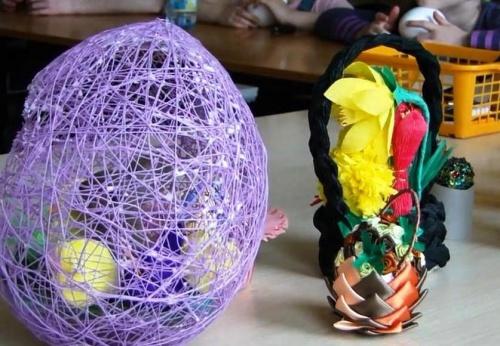 Украшение пасхальных яиц при помощи атласной ленты