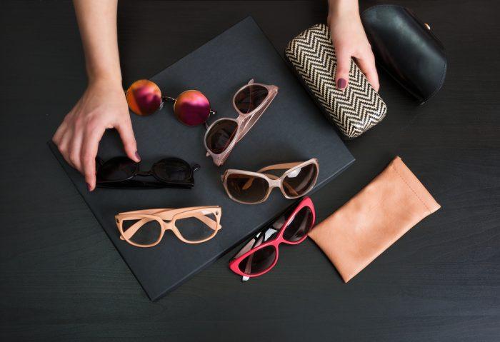 Женские цветные очки с чехлами на черном фоне